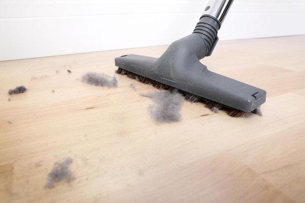 Пылесос всасывает воздух, а мусор оставляет на полу